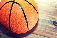 Шарик баскетбола на деревянном паркете Стоковые Изображения