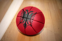 Шарик баскетбола с национальным флагом Албании Стоковые Фотографии RF