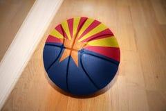 Шарик баскетбола с флагом положения Аризоны стоковое изображение