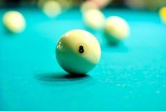 Шарик биллиарда на бильярдном столе Стоковые Фото