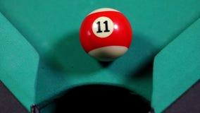 Шарик биллиарда падая в отверстие таблицы биллиарда акции видеоматериалы