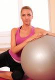 шарик делая детенышей женщины пригодности тренировки подходящих Стоковые Фото