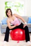 шарик делая женщину тренировки подходящую Стоковое Изображение RF