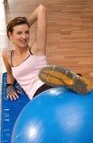 шарик ее женщина pilates ноги Стоковое фото RF