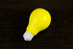 Шарик желтого света как символ идеи на темной предпосылке Стоковые Изображения
