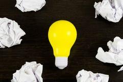 Шарик желтого света как символ идеи на темной предпосылке Стоковые Фотографии RF
