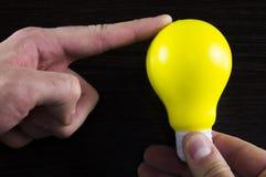Шарик желтого света как символ идеи на темной предпосылке Стоковая Фотография RF