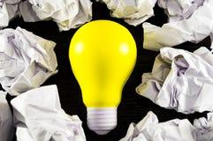 Шарик желтого света как символ идеи на темной предпосылке Стоковая Фотография