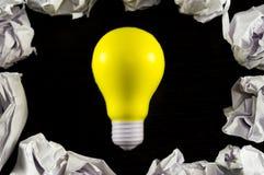 Шарик желтого света как символ идеи на темной предпосылке Стоковое Изображение RF