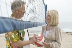 Шарик залпа удерживания пар на пляже Стоковые Изображения
