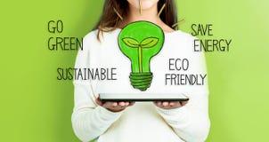Шарик зеленого света при женщина держа таблетку стоковые фото