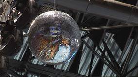 Шарик зеркала закручивающ и сияющий Шарик диско отразил спортивную площадку и стойки акции видеоматериалы