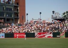 шарик идет игроки в дальней части поля homerun головок над вахтой Стоковая Фотография RF