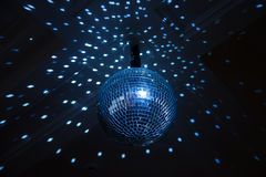 Шарик диско, голубой свет в ночном клубе. Крытый Стоковые Изображения