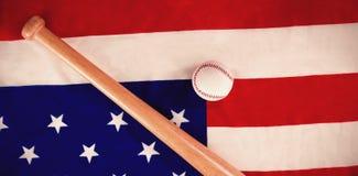 Шарик и летучая мышь бейсбола на национальном флаге Стоковая Фотография