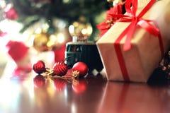 Шарик и поезд рождества подарка Стоковая Фотография