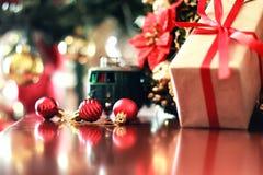 Шарик и поезд рождества подарка Стоковое фото RF
