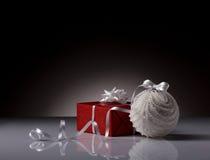 Шарик и подарочная коробка рождества Стоковые Фото