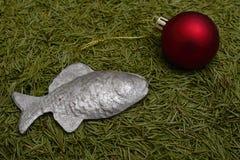 Шарик и рыбы рождества на зеленых иглах мех-дерева Стоковые Фото