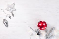 Шарик и серебр красного рождества стеклянный играют главные роли с ветвью и штырем ели Стоковые Фото