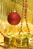 шарик кладет красный цвет в коробку подарка Стоковое Изображение RF
