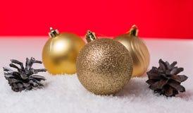 Шарик конуса и рождества на красной предпосылке Стоковые Изображения RF