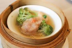 Шарик креветки или испаренные свинина или шарик свинины с брокколи Стоковая Фотография