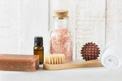 Шарик массажа Handmade сандалии щетки полотенца эфирного масла соли пинка мыла каменноугольной смолы гималайской деревянный на бе Стоковое Фото