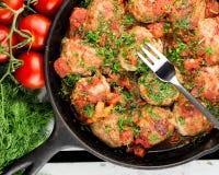 Шарик мяса Турции на вилке котлеты с томатным соусом Сковорода с фрикадельками стоковое фото