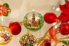 Шарик Новогодней ночи с изображением городка стоковые фото