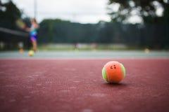 шарик окаймляет счастливый поверхностный текстурированный теннис Стоковые Фото