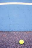 Шарик около стены тренировки тенниса Пустой теннисный корт тренировки Стоковые Фото