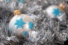 Шарик орнамента рождества, и украшение серебряной ели Стоковые Фотографии RF