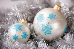 Шарик орнамента рождества, и украшение серебряной ели Стоковая Фотография RF