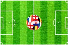 Шарик от флагов Англии, Бельгии, Франции и Хорватии на предпосылке футбольного поля стоковые изображения