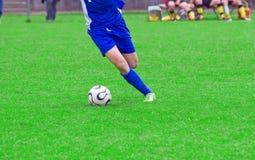 шарик пиная игрока Стоковая Фотография RF