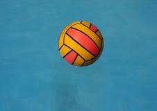 шарик плыл вода поло Стоковые Изображения