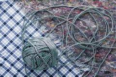 Шарик покрашенной веревочки на предпосылке ткани стоковая фотография rf