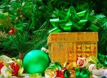 Шарик подарочной коробки и рождества - концепция праздника Стоковые Изображения RF