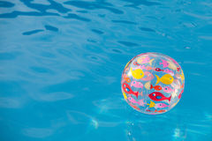 Шарик предпосылки в бассейне Стоковые Фотографии RF