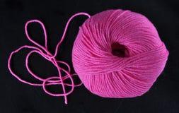 Шарик пряжи в розовом цвете Стоковые Изображения RF