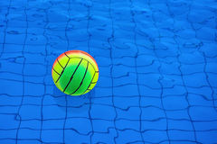 Шарик пляжа плавая в концепцию конспекта бассейна на летние каникулы Стоковое фото RF