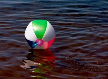 Шарик пляжа плавая на озеро Стоковая Фотография