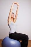 шарик работая женщину гимнастики Стоковое Фото