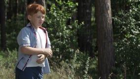 Шарик ребенк бросая на предпосылке природы акции видеоматериалы