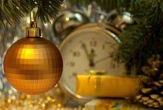 Шарик ретро большого золота игрушки стеклянный Стоковые Фотографии RF