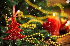 Шарик рождества в форме клубники на покрытой снег ветви дерева Красная игрушка с заморозком и снежинками Селективный фокус Стоковые Фотографии RF