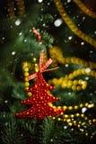 Шарик рождества в форме клубники на покрытой снег ветви дерева Красная игрушка с заморозком и снежинками Селективный фокус Стоковая Фотография RF