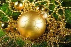 Шарик рождества золота Стоковые Фотографии RF