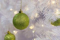 Шарик рождества и Нового Года зеленый на рождественской елке Новый Yea стоковые изображения